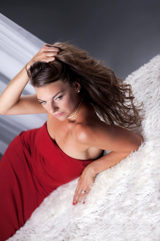 Glamour je doménou odvážnějších a vyzývavějších fotografií, zachycení sexappealu ženy a zvýraznění její krásy a svůdnosti na luxusně vypadající fotce. I výsledné fotografie bývají výraznější, každopádně mají vypadat vkusně, ne lacině. Hlavní charakteristikou je zjednodušeně řečeno fakt, že modelka vypadá velice svůdně, sexy a hodně jí to sluší. Právě z tohoto důvodu je glamour styl využíván v reklamě i v modelingu, neboť kdo by odolal okouzlující sexy modelce prezentující produkt…