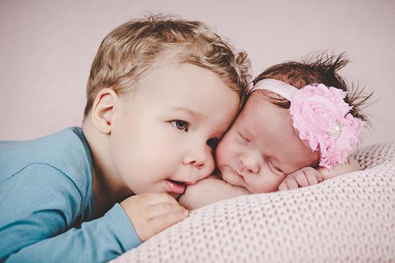 Po zkušenostech doporučuji, aby miminka přijela do ateliéru hladová a nevyspinkaná 🙂 Pak je větší naděje, že se nám podaří miminko uspat 🙂 Prostě to hezké, co mají rádi – jídlo a spánek, jim necháme, až do ateliéru. . . ❤ ❤ ❤ ❤
